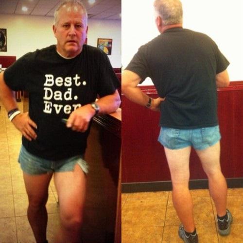 Hombre usa hot pants para darle escarmiento a su hija
