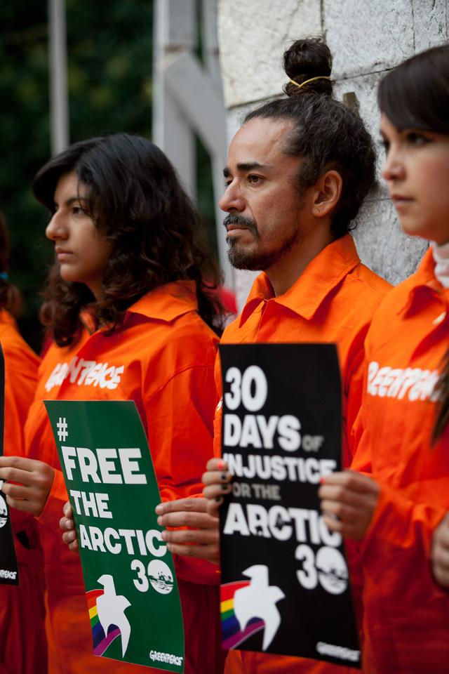 Greenpeace y el vocalista de Café Tacuba protestan por la detención de activistas