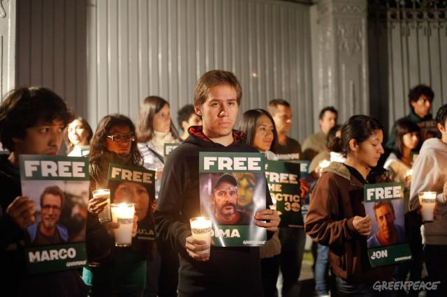 Niegan libertad bajo fianza a dos miembros de Greenpeace y a fotógrafo por protesta en el Ártico