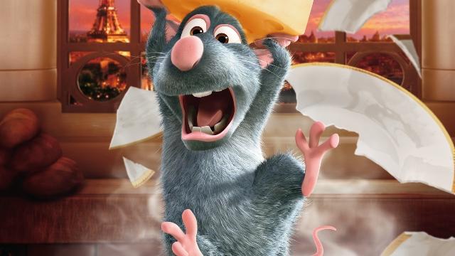 ¿Ratatouille? Un ratón peleó con una galleta y salió victorioso