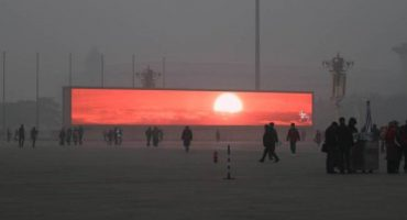 Y en la imagen del día... Por contaminación, el amanecer en Beijing se tiene que ver en pantalla
