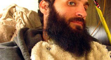 La increíble historia del patito que vive en la barba de un señor