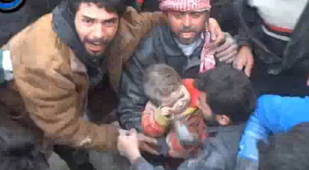 Video: niño sirio es rescatado de escombros luego de ataque contra rebeldes