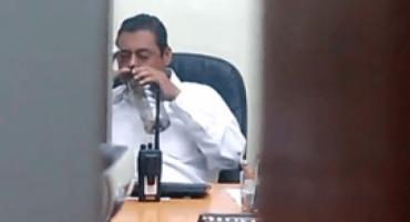Video de presunto trabajador del Palacio de Gobierno de Xalapa ¿moneándose?