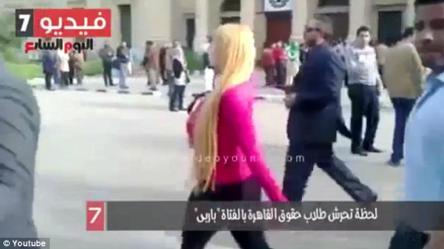 ¿Qué pasa cuando una chica rubia camina por una universidad en Egipto?