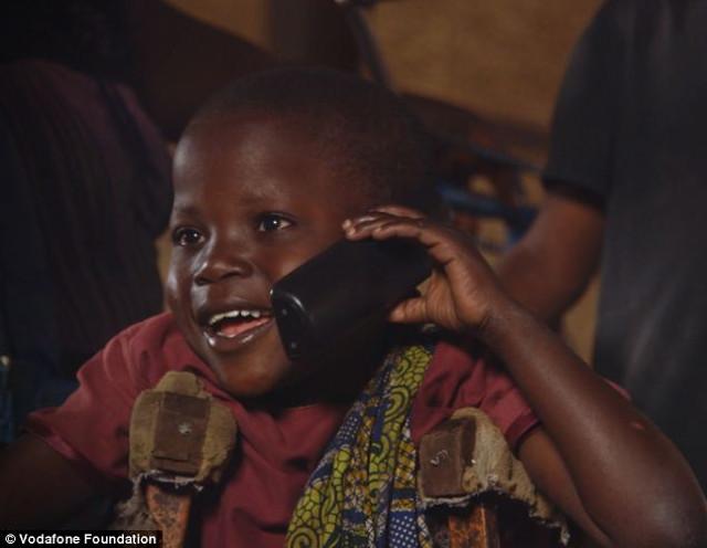 Video: Niña desplazada por la guerra vuelve a hablar con sus padres