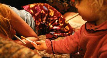 Foto galería: una niña de 2 años creciendo con padres drogadictos