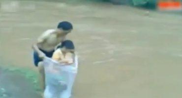 ¡Esas son ganas de estudiar! Cruzan el río en una bolsa de plástico para ir a la escuela