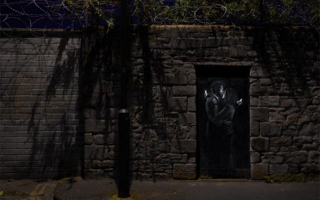 10 graffitis de Banksy para recordar que el mundo no tiene sentido