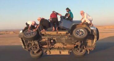 Video: Unos loquillos le cambian las llantas a una camioneta en movimiento