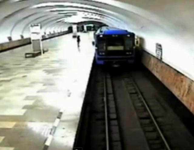 #EpicFail Por andar discutiendo con su marido, tiró a su bebé a las vías del metro