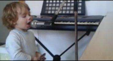 Video: Tiene casi dos años y ya canta blues