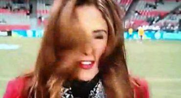 Ouch!!! Una guapa reportera de televisión recibe un balonazo en vivo