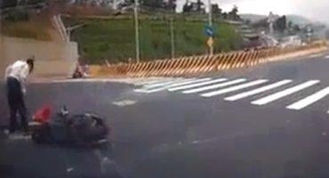 Video: Cuando se tiene mala suerte el golpe de un carro no basta