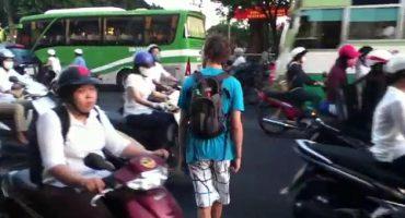 Así de complicado es cruzar una calle en Vietnam