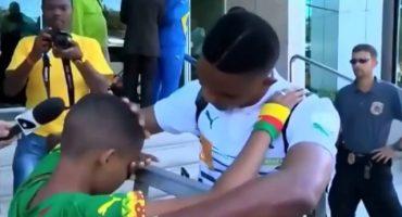 El conmovedor abrazo entre un niño y Samuel Eto'o