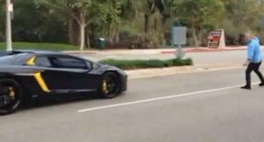 El feroz pleito entre un peatón y un Lamborghini