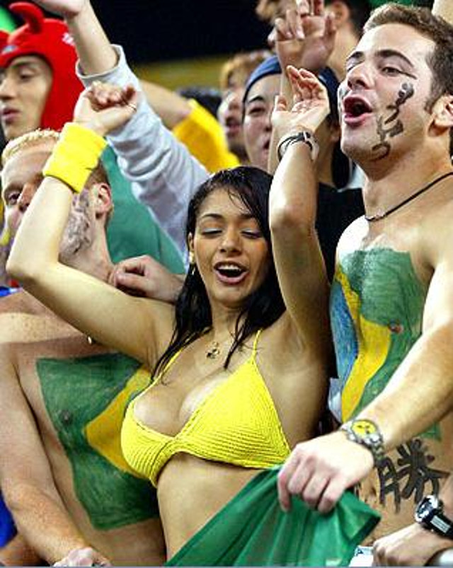 (NSFW) Aficionada enseña de más en el partido de Brasil