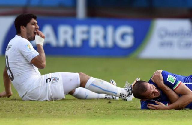 ¿Qué posibilidades hay de que Luis Suárez muerda un futbolista?