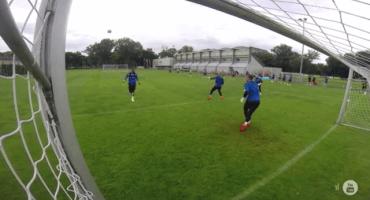 Video: Peter Schmeichel heredó el don de goleador a su hijo
