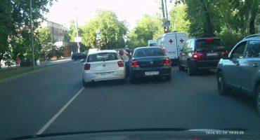 Una más de los conductores rusos: Atropella a un anciano a propósito, y huye
