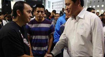 Osorio Chong habla con migrantes mexicanos (sí, ya que los deportaron)