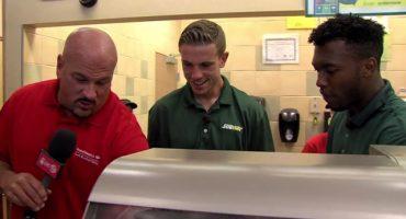 Dos jugadores del Liverpool se prueban sus dotes en la comida rápida