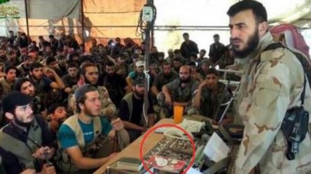 Burlas a rebelde sirio que llama a la resistencia con libreta de Hello Kitty