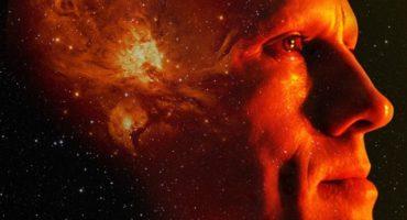 Christoph Waltz contempla el universo en el nuevo póster de