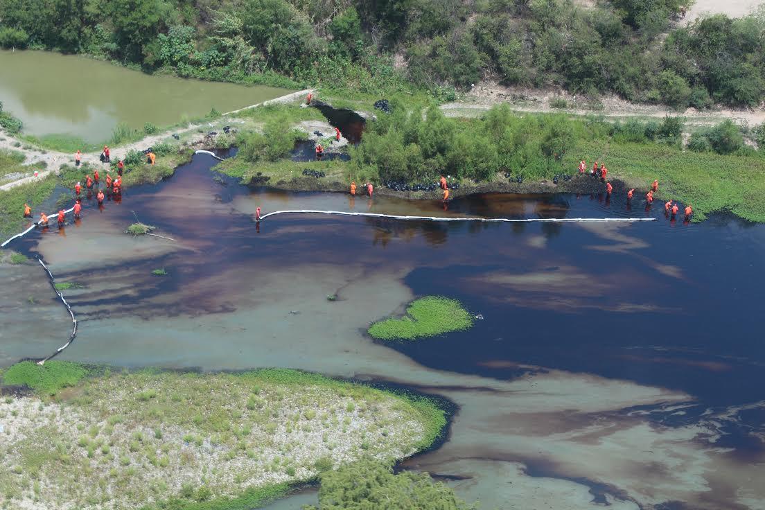 Se derrama petróleo de toma clandestina sobre río de NL, se ocultó información