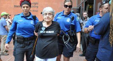 Arrestan a sobreviviente de Holocausto en protestas por asesinato de afroamericano en EEUU