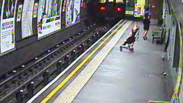 Microinfarto: Bebé cae a las vías del metro londinense