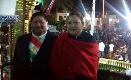 Y en Puebla, alcalde perredista usó banda presidencial para dar