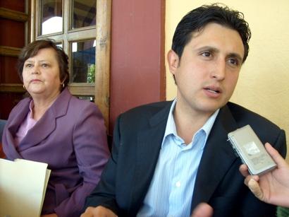 A gritos, corren a presidente municipal de acto religioso: lo acusan de ratero