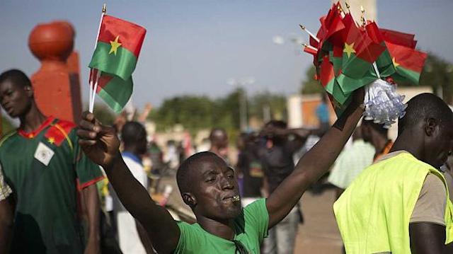 Presidente de Burkina Faso renunció al ser acorralado por protestas masivas