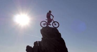 Danny Macaskill domina la montaña como pocos ciclistas en