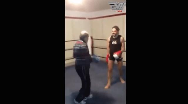 Miren cómo un hombre viejo le da una paliza a uno más joven en una pelea de box