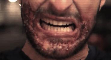 Video: Un imitador de Luis Suárez asusta a transeúntes con sus feroces