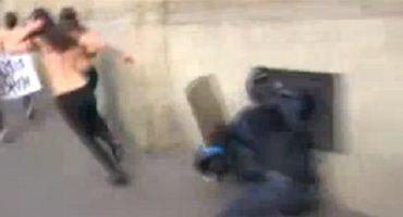 #EpicFail: Quiso detener a activista y terminó contra la pared