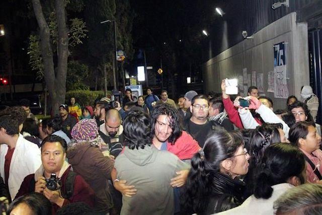 Liberaron a 15 personas tras incendio de la puerta del Palacio Nacional