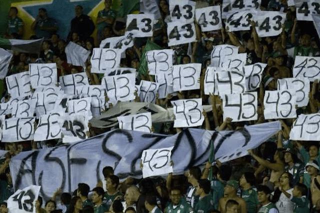Sancionaron a León por mantas en favor de #TodosSomosAyotzinapa
