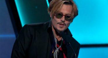 ¡¿Qué diablos le pasa Johnny Depp en esta entrega de premios?!
