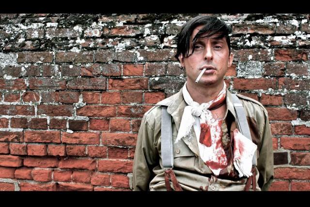 Carl Barât es pasado por las armas en el video de