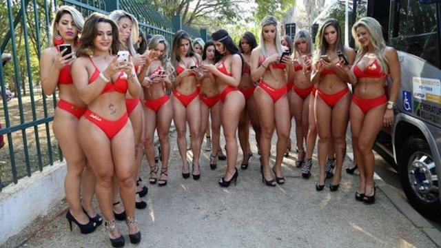 Grupo con chicas exuberantes - 1 3
