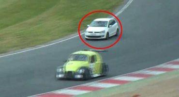 Se coló a una carrera de autos con su novia solo para cotorrear
