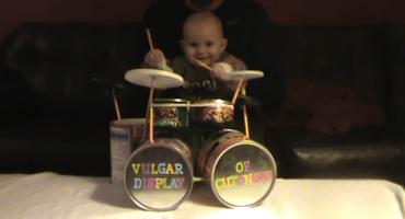 Bebé bataco nos da una cátedra sobre cómo tocar al ritmo de Pantera