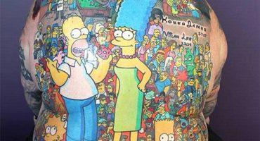 203 personajes de los Simpson en la espalda de un solo hombre