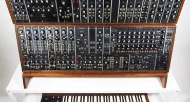 Moog anuncia que volverá a manufacturar el formato clásico de sus sintetizadores modulares