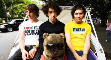 Mira como una fan asesina a los miembros de The Wombats en