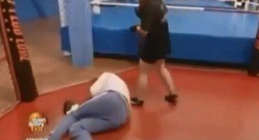 Video: En plena entrevista, una boxeadora noqueó a un reportero